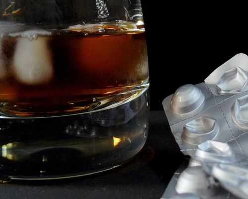 Bild zum Artikel Alkohol: Die Risiken durch Medikamente verstärkt